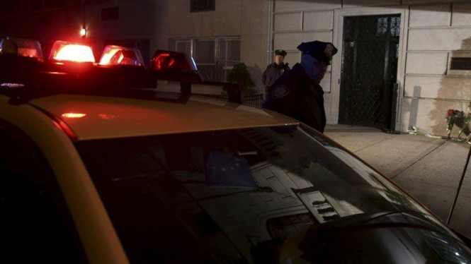 Polisi Kota New York saat berada di tempat kejadian perkara beberapa waktu lalu.