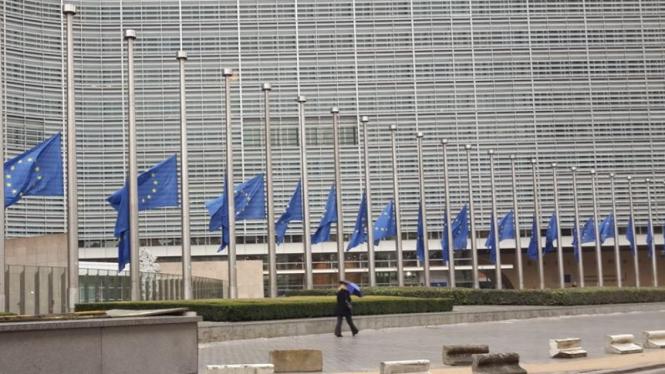 Bendera Uni Eropa setengah tiang di Brussels, Belgia, beberapa waktu silam.
