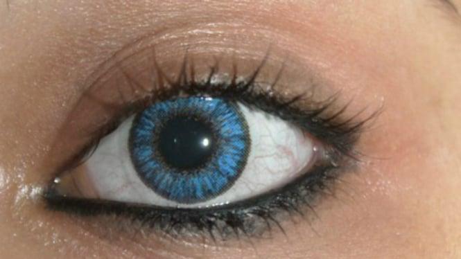 Wanita dengan lensa kontak