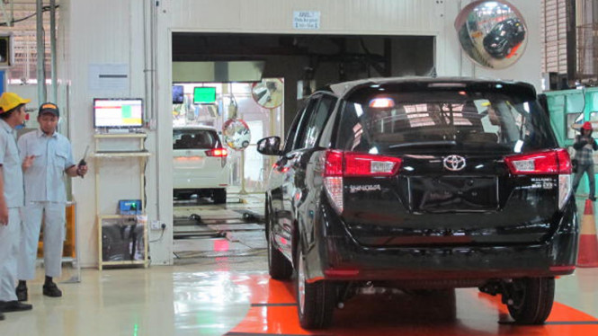 Pekerja sedang mengecek mobil Kijang Innova di Pabrik Toyota Karawang 1.