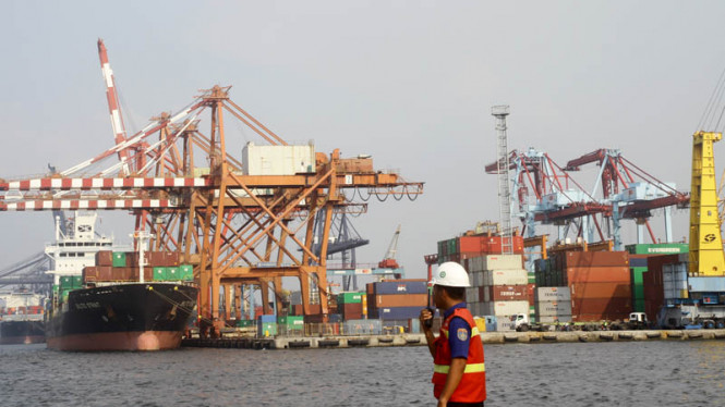 Ativitas bongkar muat peti kemas di Pelabuhan Tanjung Priok, Jakarta