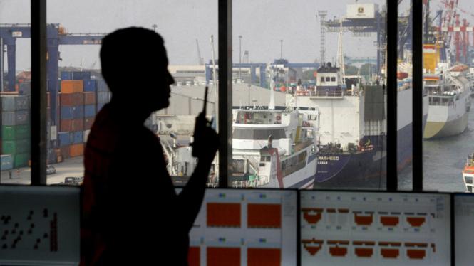 Petugas beraktivitas di ruang planning control Pelabuhan Tanjung Priok, Jakarta