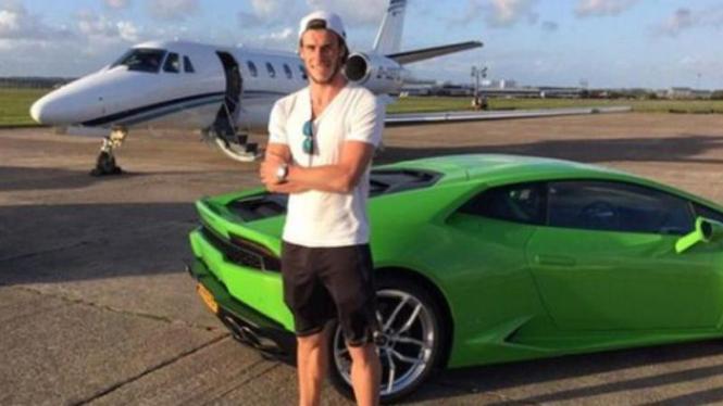 Gareth Bale di depan Lamborghini dan pesawat pribadi.