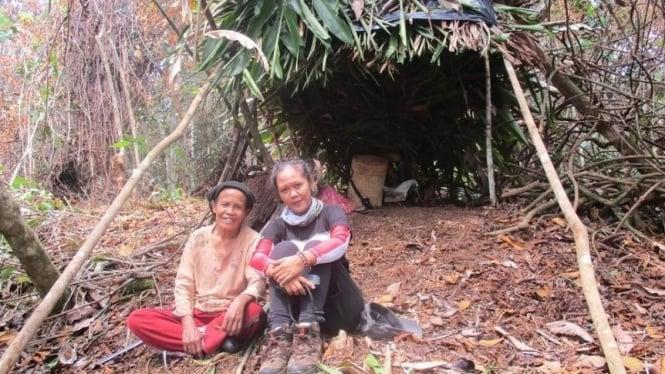 Warga suku rejang saat beristirahat di ladang mereka