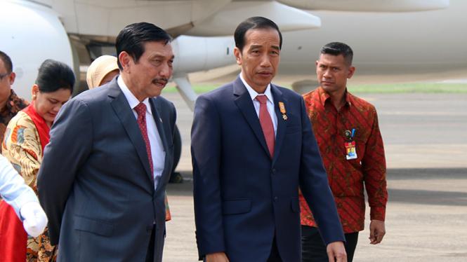 Presiden Joko Widodo berbincang dengan Menko Kemaritiman, Luhut Binsar Pandjaitan, beberapa waktu lalu.