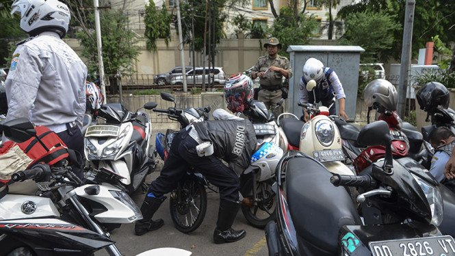 Petugas Gabungan Razia Parkir Liar