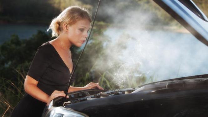 Ilustrasi mesin mobil overheat.