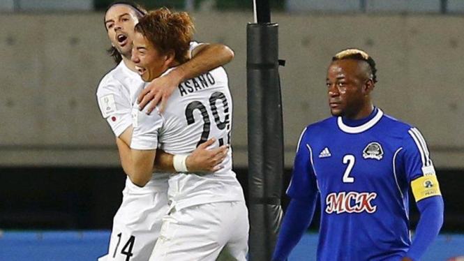 Pemain Sanfrecce Hiroshima merayakan gol ke gawang TP Mazembe