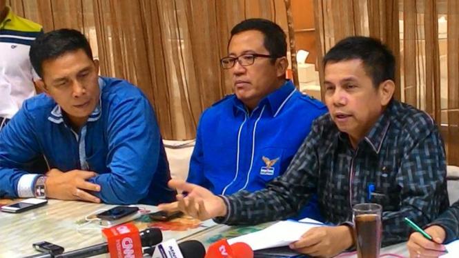 Sekretaris Jenderal Partai Demokrat Hinca Panjaitan (kanan).