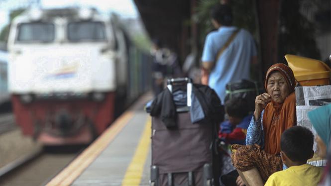 Ilustrasi layanan kereta api di Indonesia