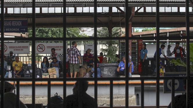 Ilustrasi/Pengguna jasa kereta listrik menunggu gerbong di stasiun