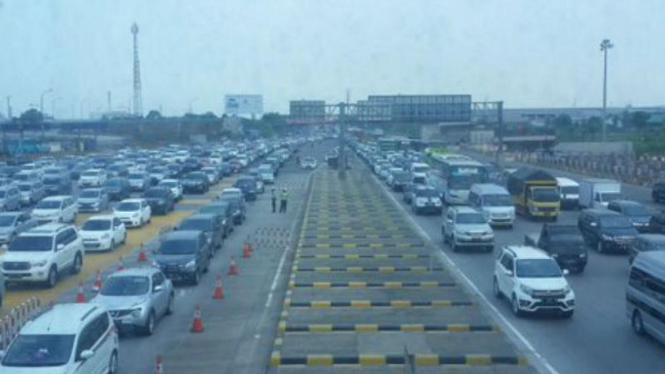 Antrean kendaraan di gerbang tol Cikarang Utama.