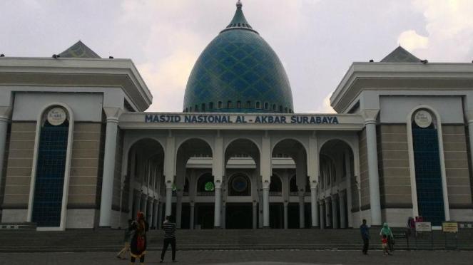 Masjid Al Akbar di Surabaya Menjelang Tahun Baru