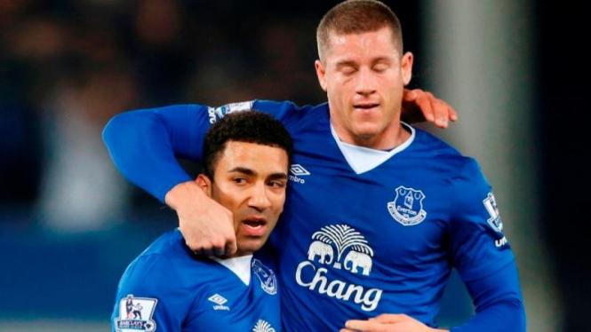 Winger Everton, Aaron Lennon (kiri) dan Ross Barkley