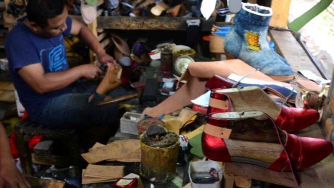 Perajin sepatu dan sandal di Malang, Jawa Timur