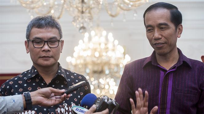 Presiden Joko Widodo (kanan) dan Juru Bicara Kepresidenan Johan Budi (kiri).