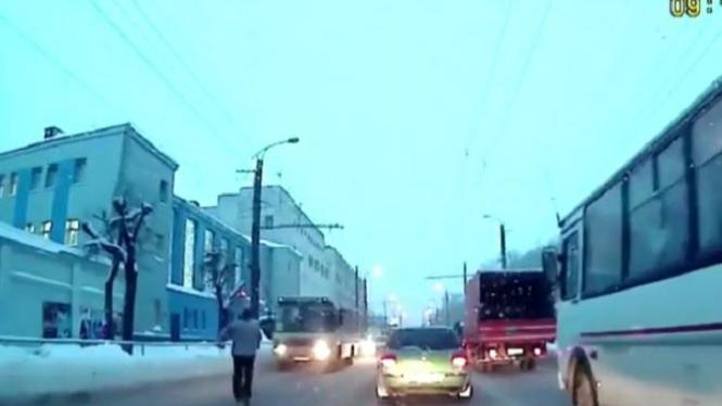 Pria menabrakkan diri ke bus yang sedang melaju.