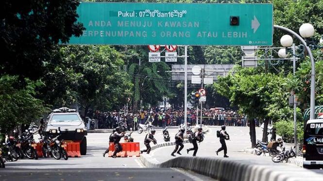 Polisi menyisir lokasi ledakan bom Sarinah