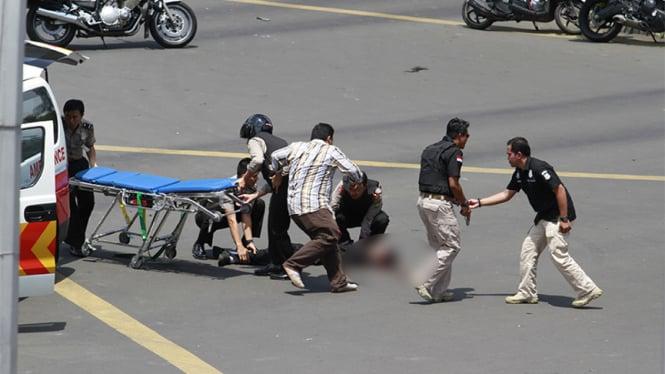 Baku tembak polisi versus pelaku peledakan bom Sarinah