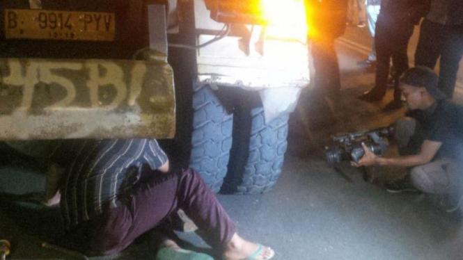 Ban truk meledak di kawasan Sarinah membuat panik warga