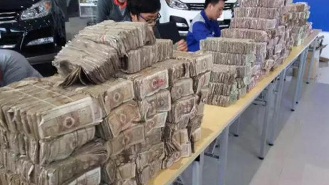 Ilustrasi tumpukan uang receh yang digunakan untuk membeli mobil.