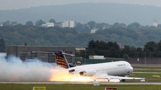 Ilustrasi pesawat mendarat darurat.