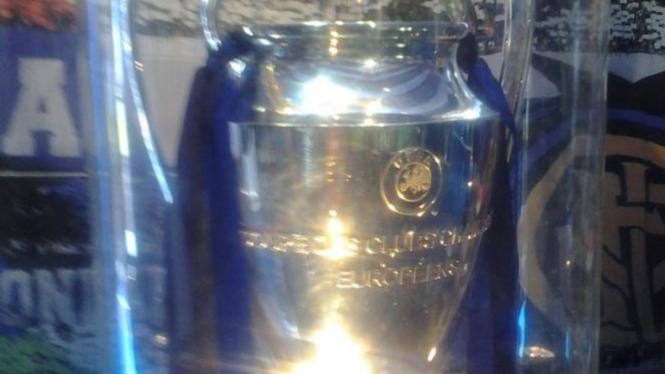 Trofi asli Liga Champions.