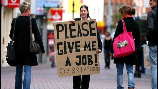 Wanita meminta pekerjaan di jalanan.