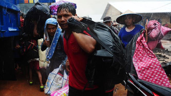 Warga eks pengikut Gafatar saat diungsikan dari Kabupaten Mempawah, Kalimantan Barat.