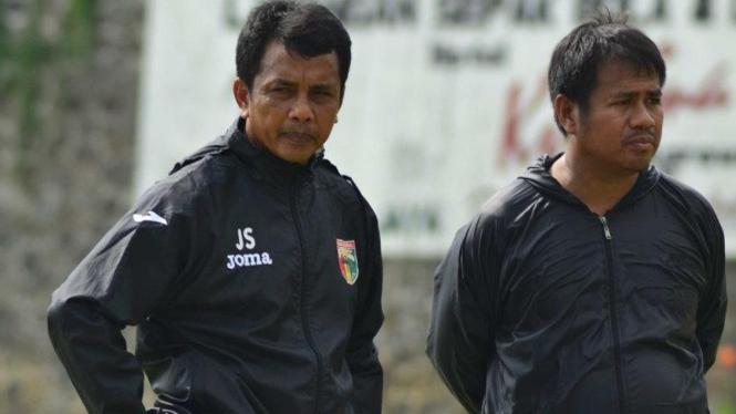 Pelatih Mitra Kukar, Jafri Sastra (kiri)