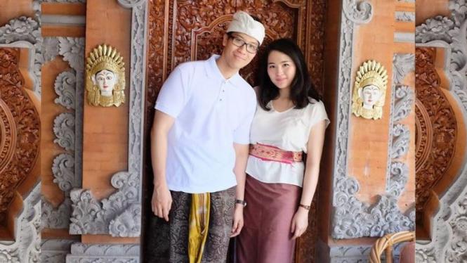 Mirna semasa hidup berfoto bersama suaminya.