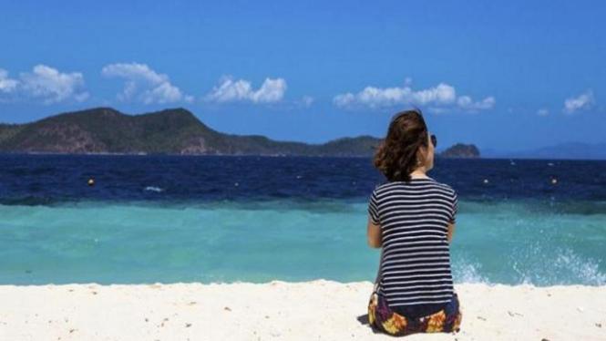 Wanita traveling sendirian.