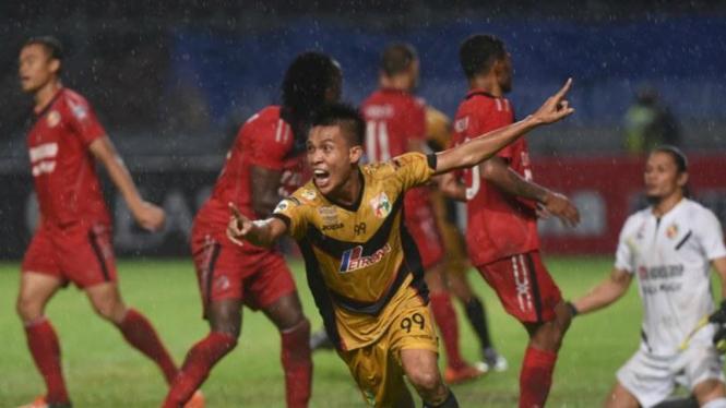 Pemain Mitra Kukar, Yogi Rahadian, lawan Semen Padang