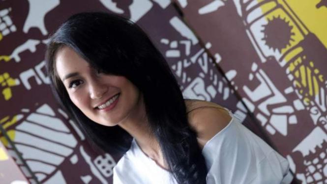 Atiqah Hasiholan tinggalkan penampilan cantik dan jadi tukang ojek