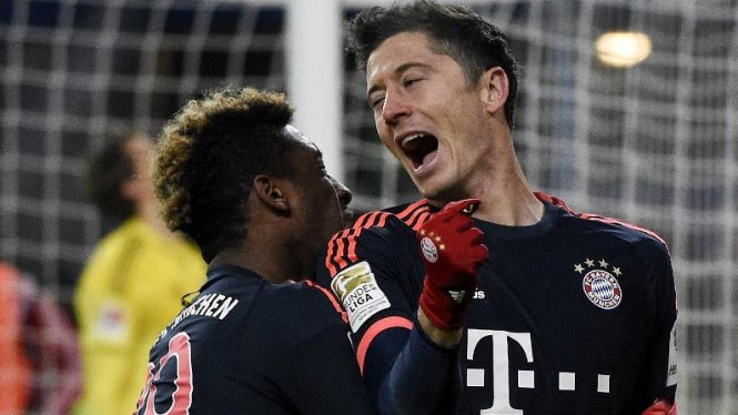 Penyerang Bayern Munich, Robert Lewandowski (kanan), merayakan gol bersama Kingsley Coman (kiri)