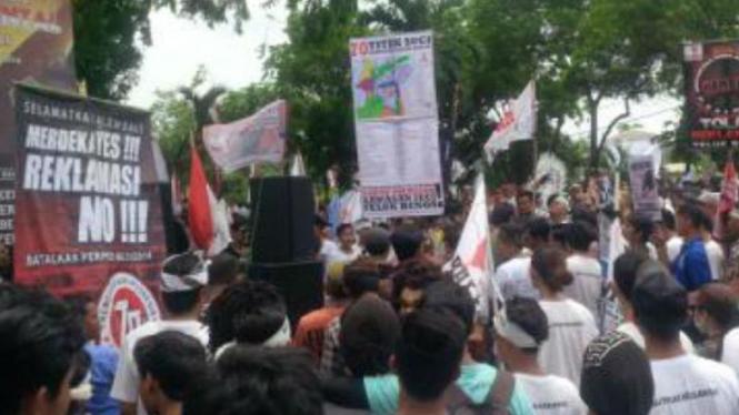 Kantor Gubernur Bali Diblokade Massa Anti-Reklamasi Teluk Benoa