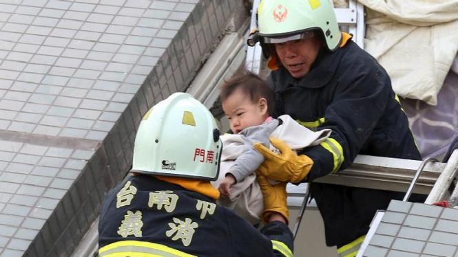 Proses evakuasi anak korban apartemen runtuh di Taiwan