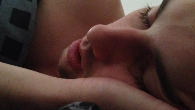 Seorang laki-laki sedang tidur pulas.