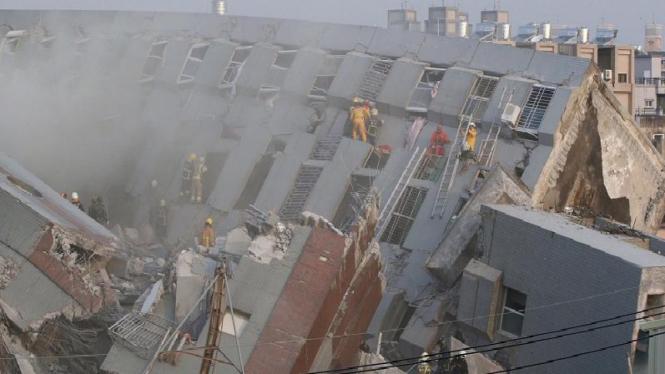 Salah satu bangunan yang ambruk akibat gempa Taiwan yang terjadi pada Februari lalu.