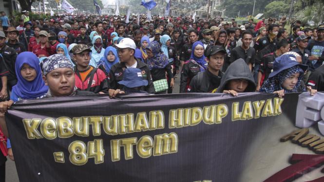 Buruh lakukan aksi unjuk rasa di depan istana negara
