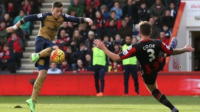 Gelandang Arsenal, Mesut Oezil (kiri), membobol gawang Bournemouth