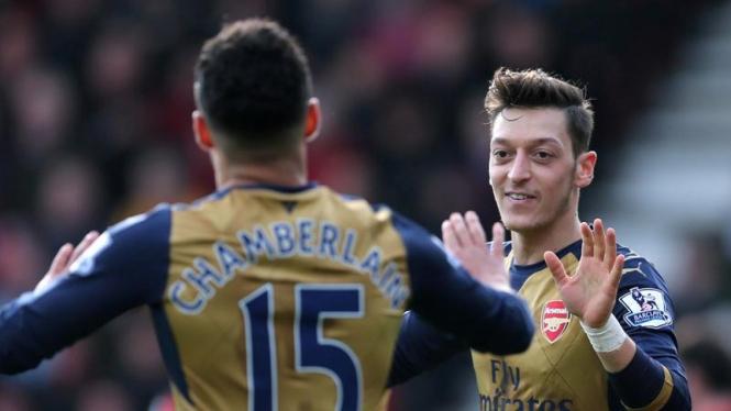 Pemain Arsenal, Mesut Oezil (kanan), rayakan gol