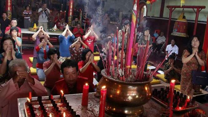 Suasana ibadah warga Tionghoa di Klenteng Tjen Lin Kong atau Poncowinatan