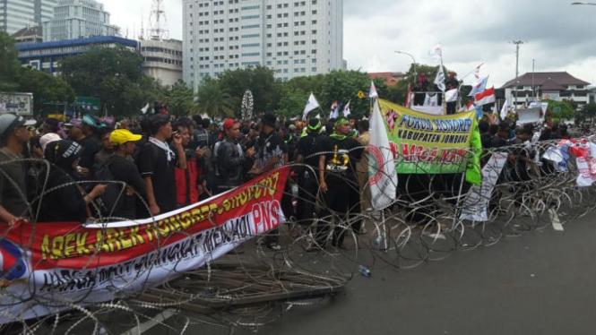 Ribuan guru honorer menggelar unjuk rasa di Istana Negara