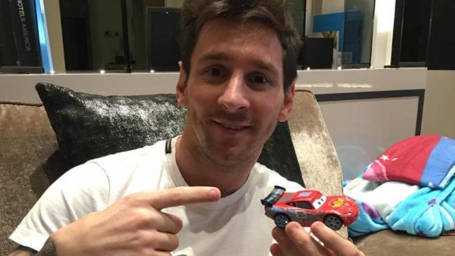 Lionel Messi memamerkan mobil Ferrari barunya.
