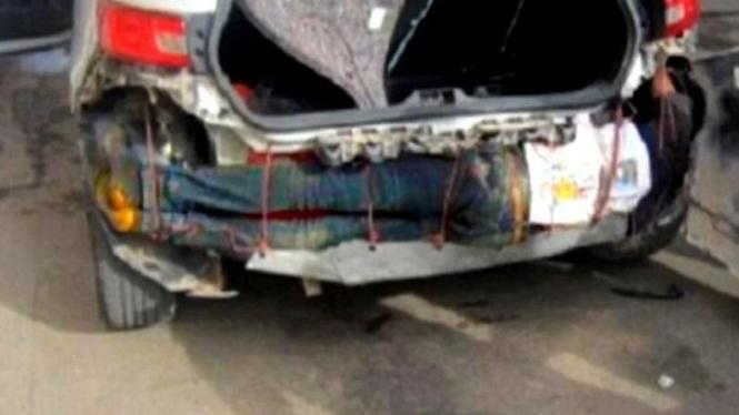 Imigran gelap yang kepergok sembunyi di bumper mobil.