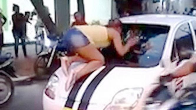 Wanita ngamuk lihat kekasihnya selingkuh.