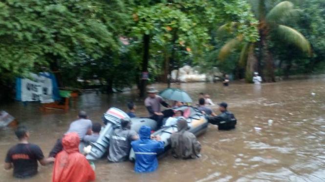 Korban banjir dievakuasi dari perumahan Bukit Cengkeh II