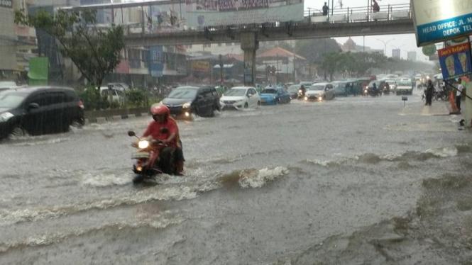 Banjir di Jalan Margonda Depok.