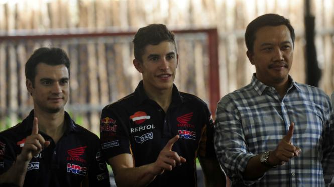 Menpora Imam Nachrawi bersama pembalap Moto GP Marc Marquez dan rekan setimnya Dani Pedrosa di Jakarta, Sabtu